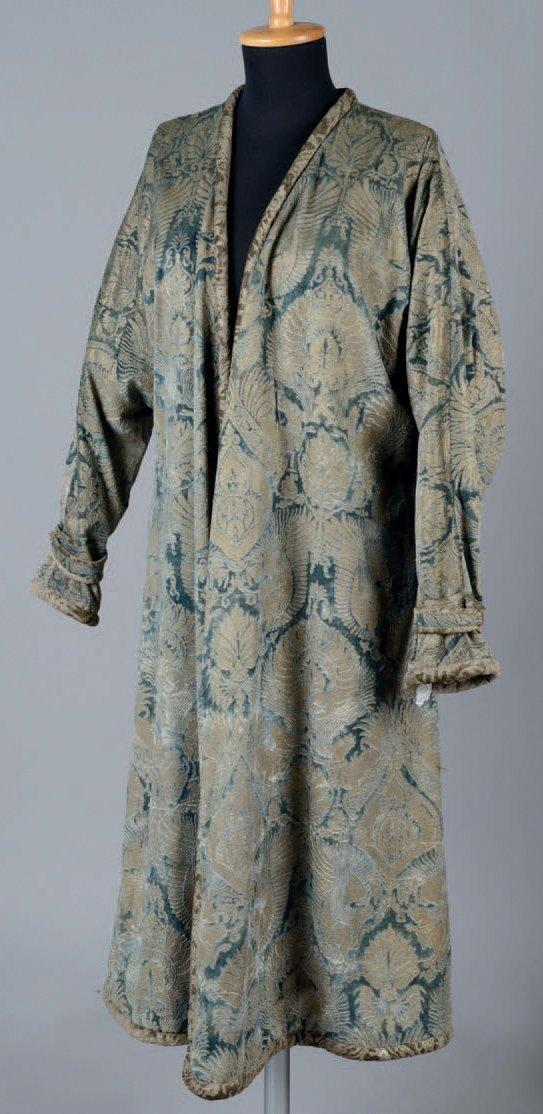 fortuny manteau du soir vers 1910 velours de soie bleu glacier estampé à l'or et l'argent dessin inspiré du quatrocento italien modele identique dans les collections du brooklyn museu